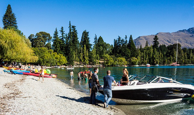 Summer fun on the lakeshore - Family Vacations in Queenstown
